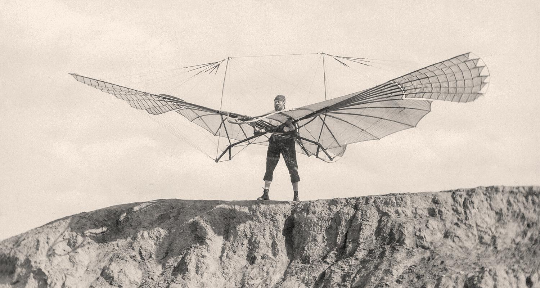 Ottomar Anschütz (1846–1907), Otto Lilienthal mit dem kleinen Schlagflügelap-parat am 16. August 1894 auf dem Fliegeberg in Lich-terfelde (Berlin), Kollodium-abzug, Otto Lilienthal-Museum, Anklam
